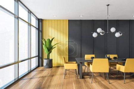 Foto de Interior del comedor panorámico con paredes grises y amarillas, suelo de madera, mesa larga gris con sillones amarillos y elegante lámpara. renderizado 3d - Imagen libre de derechos