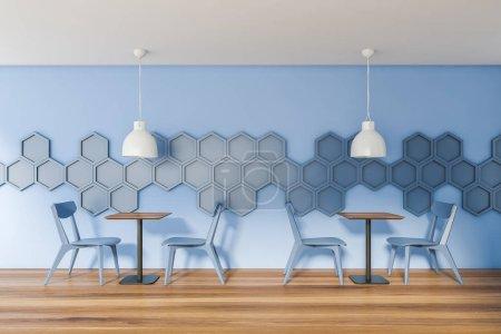 Photo pour Intérieur du restaurant moderne avec des murs à motifs hexagonaux bleus, sol en bois et tables carrées avec chaises bleues et lampes de style industriel. Rendu 3d - image libre de droit