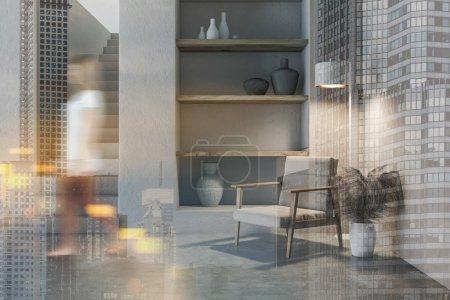 Photo pour Jeune femme floue se promenant dans un élégant salon aux murs blancs rudimentaires, au sol en béton, confortable fauteuil près d'une étagère avec vases et escalier. Double exposition de l'image tonique - image libre de droit
