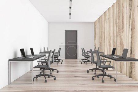 Photo pour Intérieur d'un bureau ouvert moderne avec des murs blancs, plancher en bois, deux rangées de tables d'ordinateur et la porte au centre. Concept de studio de design. 3d Rendu - image libre de droit