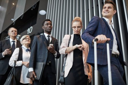 Photo pour Groupe multiethnique de personnes qui sont dans la file d'attente à l'aéroport et qui s'inscrivent avant le vol - image libre de droit
