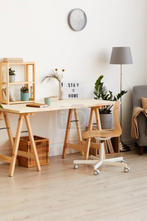 Photo pour Image d'une table en bois moderne avec des fleurs et un bloc-notes dans la chambre à la maison - image libre de droit