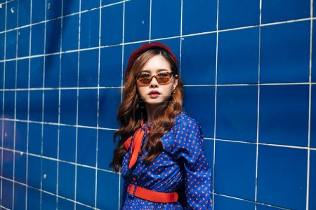 Photo pour Belle thai sur fond bleu. - image libre de droit