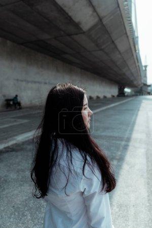Photo pour Une femme marche le long de la ligne d'attaque en été. - image libre de droit