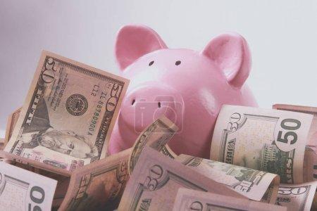 Foto de Hucha caja de dinero de estilo sobre fondo con billetes de dinero americano cien. - Imagen libre de derechos