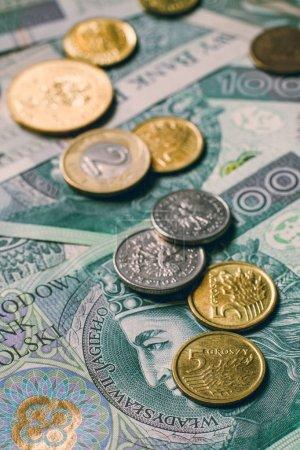 Photo pour Polonaises billets et les pièces du zloty - image libre de droit
