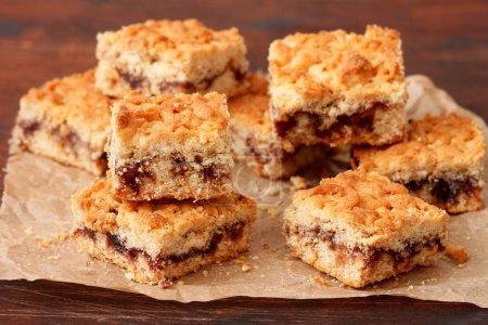 Photo pour Barres à tarte avec confiture de petits fruits, épices et miettes - image libre de droit