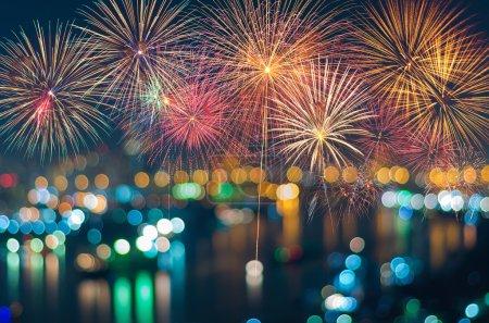 Foto de Fuegos artificiales coloridos fantástica fiesta año nuevo - Imagen libre de derechos