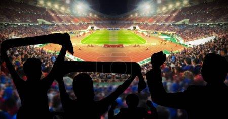 Photo pour Silhouettes de football fans cheeringagainst grand stade de football avec des lumières, concept sportif - image libre de droit