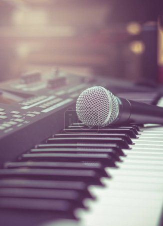 Photo pour Microphone sur clavier de musique avec fond flou de marque de musique, concept d'instrument de musique - image libre de droit