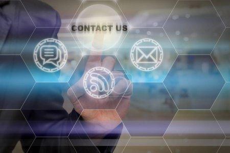 Photo pour Homme d'affaires touchant l'icône Contactez-nous sur le fond photo flou abstrait, concept de service à la clientèle d'affaires - image libre de droit