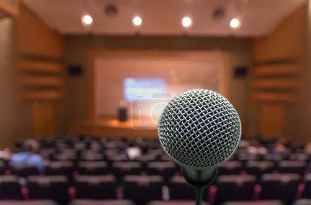 Photo pour Microphone avec Résumé floue photo de salle de conférence salle ou réunion avec fond participant - image libre de droit