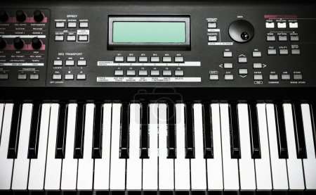 Photo pour Vue du dessus de l'instrument de musique clavier - image libre de droit