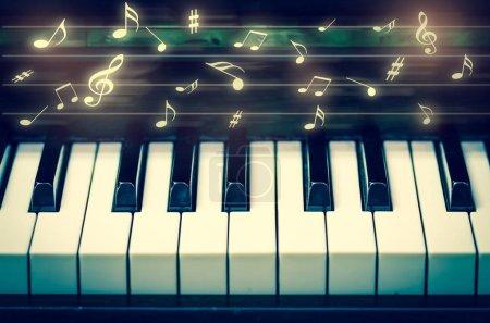 Photo pour Clavier agrandi du piano avec des notes de musique, instrument de musique - image libre de droit