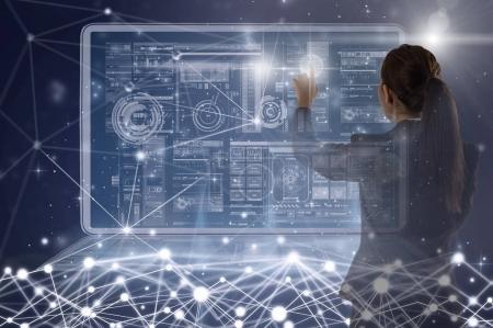 Photo pour Face arrière de la jeune femme d'affaires asiatique debout et pointant la technologie numérique écran virtuel arrière-plan, entreprise Technologie et concept d'innovation - image libre de droit