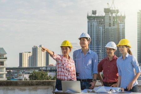 Photo pour Ingénieurs en construction multiethnique travaille à la construction de lieu de site, Concept de génie industriel - image libre de droit