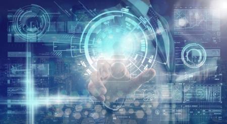Foto de Mano de empresario tocando la pantalla virtual digital tecnología sobre la línea de conexión de red entre el edificio del fondo del paisaje urbano, concepto de innovación empresarial - Imagen libre de derechos