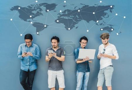 Photo pour Groupe de personnes d'affaires asiatiques et multiethniques avec costume décontracté utilisant des ordinateurs portables sur fond de mur, concept de groupe d'affaires de personnes - image libre de droit