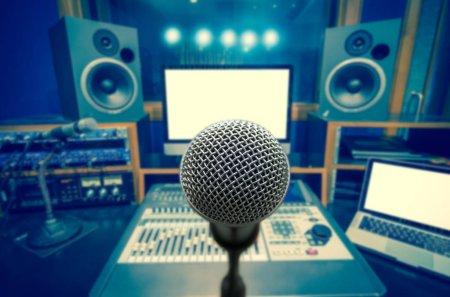 Photo pour Microphone sur fond de musique floue studio enregistrement chambre, concept musical - image libre de droit