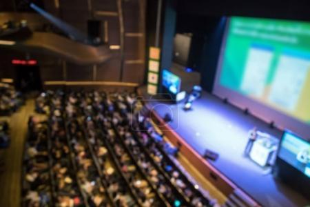 Photo pour Salle de conférence estompée avec haut-parleur sur scène - image libre de droit
