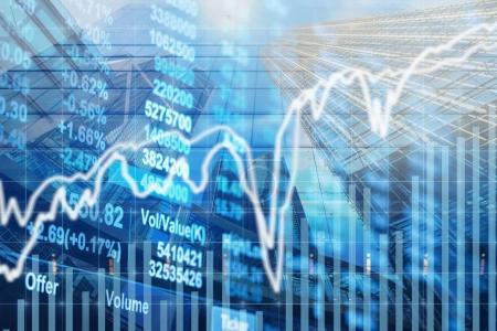 Photo pour Graphique du marché boursier avec des informations sur le bâtiment d'affaires moderne verre de gratte-ciel, le commerce de l'économie d'entreprise et le concept de finance - image libre de droit