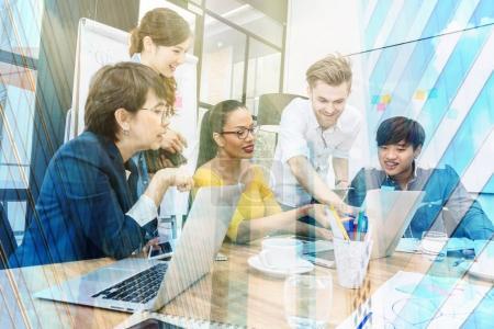 Photo pour Portrait de gens d'affaires travaillant avec l'ordinateur sur la photo floue du groupe de gens d'affaires asiatiques et multiethniques - image libre de droit