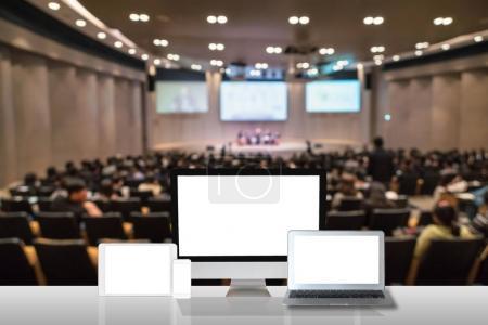 Photo pour Spectacle ensemble ordinateur sur le tableau blanc sur la photo floue abstraite de la salle de conférence salle ou séminaire avec fond de participant, concept de technologie et de l'enseignement commercial - image libre de droit
