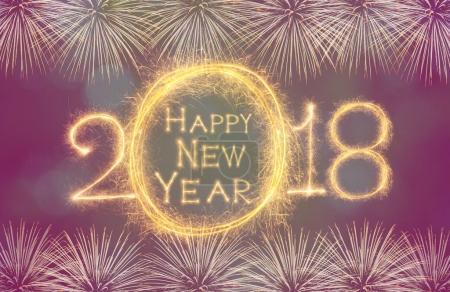 Photo pour Bonne année 2018 écrit avec feu d'artifice Sparkle sur des feux d'artifice avec fond sombre, célébration et concept de cartes de vœux - image libre de droit