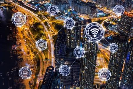 Photo pour Connexion de communication sans fil de la ville intelligente Internet des objets Technologie sur Top view Scène du paysage urbain de Hong Kong avec trafic la nuit, Norvège, concept d'IOT d'affaires - image libre de droit