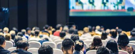 Photo pour Page couverture de la bannière Vue arrière de l'écoute du public Intervenants sur scène dans la salle de conférence ou la réunion de séminaire, affaires et éducation sur le concept d'investissement - image libre de droit