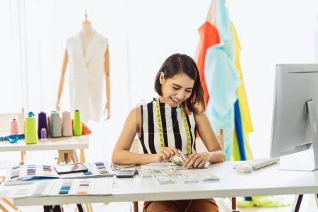 Photo pour Portrait Jeune femme de conception asiatique travaillant et Comptant de l'argent sur le lieu de travail, démarrage d'une petite entreprise, propriétaire d'entreprise entrepreneur, investissement et profit, travail indépendant concept de style de vie. - image libre de droit