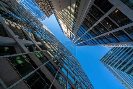 Photo pour Moderne lunettes de bureau bâtiments paysage urbain sous un ciel bleu clair à Washington DC, États-Unis, en plein air concept de gratte-ciel financier, architecture symétrique et perspective - image libre de droit