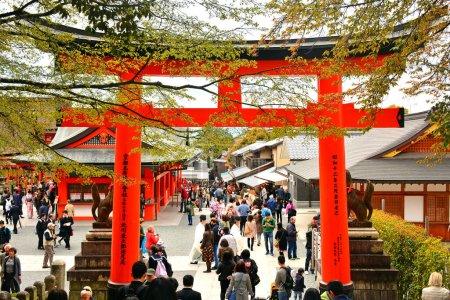 Photo pour KYOTO, JP - 10 AVRIL - Sanctuaire Fushimi Inari Taisha Porte japonaise torii le 10 avril 2017 à Kyoto, Japon. Fushimi Inari a été dédié aux dieux du riz et du saké par la famille Hata au 8ème siècle . - image libre de droit