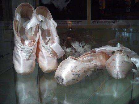 Photo pour Chaussures Pointe - chaussures de ballet féminines, partie intégrante de la danse féminine dans le ballet classique. Le danseur prend position avec un point d'appui sur le bout des orteils d'un ou des deux pieds . - image libre de droit