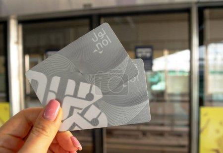 Photo pour Dubaï - EAU - 6 novembre 2019 : Une femme détient deux cartes de métro NOL en attendant le métro de Dubaï. Dubai Metro est le plus long réseau de métro entièrement automatisé au monde - image libre de droit