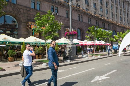 Photo pour Eurovision Village. Ukraine, Kiev. 05.05.2017. Editorial. Les gens marchent le long de Khreshchatyk Street, fan zone . - image libre de droit