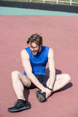 Zraněný běžec na běžecké trati cítit bolest zlomená noha