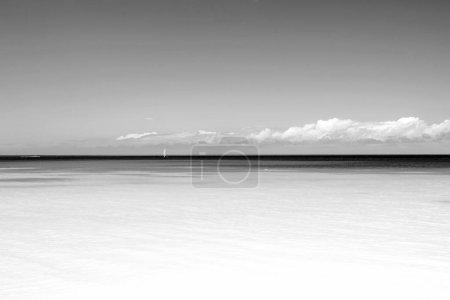 Photo pour Mer. Beau blanc nuages sur le ciel bleu au-dessus d'une mer calme avec la réflexion de la lumière du soleil, bali. Harmonie de mer tranquille de surface d'eau calme. Ciel ensoleillé et calm bleu de l'océan. Mer vivante avec des nuages sur l'horizon - image libre de droit