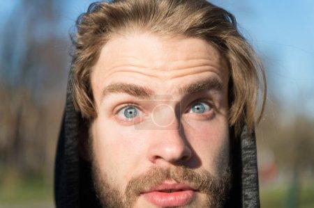 Photo pour Homme avec moustache sur le visage surpris, beauté masculine. Macho aux cheveux blonds à capuche sur environnement naturel, mode. Beauté, mode, style. - image libre de droit