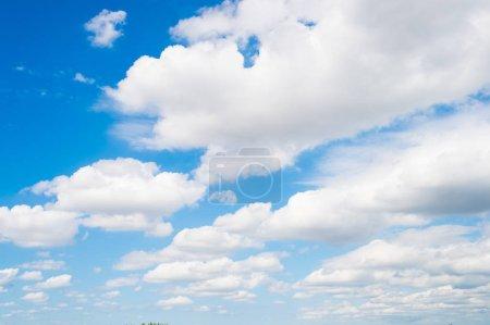 Photo pour Ciel et nuages blancs à Miami, Etats-Unis. Paysage nuageux sur fond bleu ciel. Météo et nature. Concept de liberté et de rêve. Aventure et découverte de Wanderlust . - image libre de droit