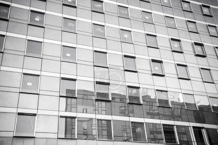 Photo pour Perspective vue grand angle à l'acier fond bleu de verre gratte-ciel immeuble de grande hauteur dans le centre-ville futuriste moderne la nuit Concept d'entreprise de l'architecture industrielle réussie - image libre de droit