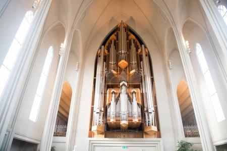 Photo pour Reykjavik, Islande - 12 octobre 2017: conduits d'évacuation orgue de l'église. Grand orgue de cathédrale intérieur. Musique et instrument de musique. Religion ou culte et le christianisme. Architecture et design - image libre de droit