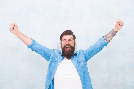 Photo pour Exprimer le bonheur. sentir le succès après le salon de coiffure. L'homme barbu célèbre le succès. gagnant quotidien. Mode masculine. heureux hipster mature avec barbe. brutal caucasien hipster avec moustache . - image libre de droit