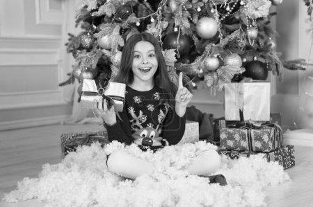 Photo pour Livraison cadeaux de Noël. joyeuse petite fille fête les vacances d'hiver. C'est Noël. Bonne année. Petite fille mignonne avec cadeau de Noël. Célébrons le Nouvel An ensemble. elle aime Noël . - image libre de droit