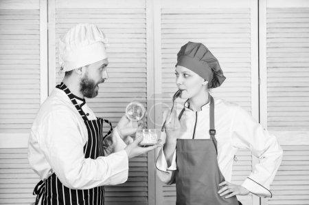 Partage du bon temps. ingrédient secret par recette. uniforme de cuisinier. Planification du menu. cuisine culinaire. Cuisine familiale en cuisine. couple amoureux de la nourriture parfaite. homme et femme chef au restaurant