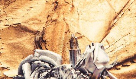 Photo pour Fleur de rose dorée avec texture détaillée. beauté grunge. richesse et richesse. affaires floristiques. Vintage rétro. luxe et succès. décor antique métallisé. rose argent fleur sur fond or . - image libre de droit