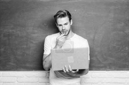 Photo pour Un bel homme utilise la technologie moderne. La technologie numérique. Postuler cours en ligne pour programmeurs. Programmation du développement web. Apprendre le langage de programmation. Programmation des enseignants avec ordinateur portable . - image libre de droit