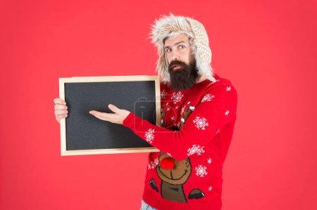 Une éducation qui inspire. L'homme barbu pointe vers le tableau blanc. École d'éducation publicitaire. Cours d'hiver. Connaissance et éducation, espace de copie