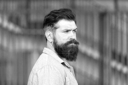 Photo pour Sois ton meilleur. brutal hipster caucasien. homme barbu sérieux en plein air. Hipster mature avec barbe. Homme barbu. Un homme confiant et beau et brutal. Soins des cheveux et de la barbe. Soins de coiffeur masculin . - image libre de droit