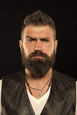 Photo pour Un hipster barbu et confiant. Mode barbe et concept de coiffeur. Homme belle barbe hipster élégant et moustache. Beauté et masculinité. Les pointes de barbier maintiennent la barbe. Soins de la barbe coiffante et de coupe . - image libre de droit
